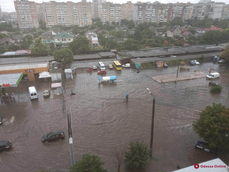 Последствия залпового ливня в Одессе: плавающие машины и улицы-реки (фото, видео)