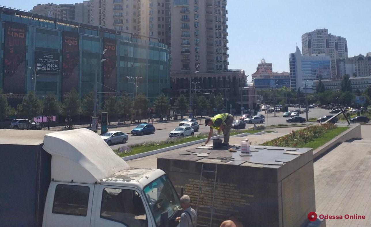 В Одессе вандалы повредили элементы мемориала «Крылья победы»
