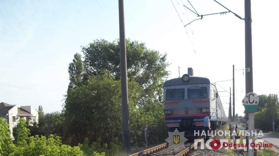 Лег на рельсы: под Одессой электричка насмерть сбила мужчину