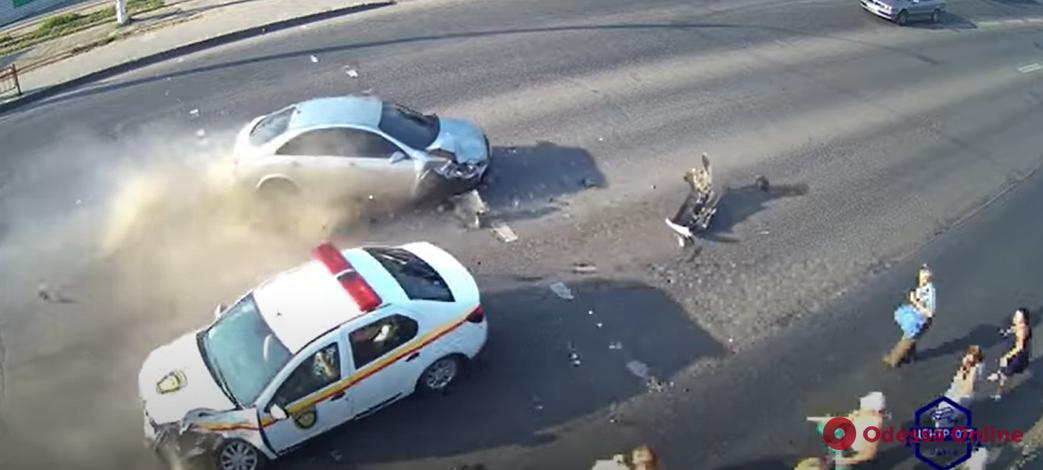 В шаге от трагедии: в сети появилось видео ДТП на пешеходном переходе в Лузановке