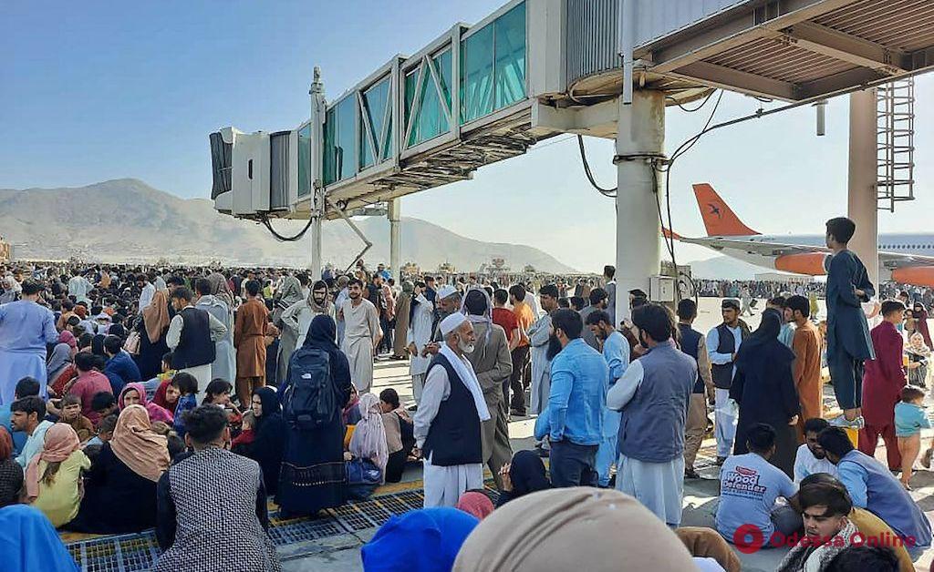 Выпадают из самолетов: после захвата Кабула талибами люди, пытаясь покинуть страну, штурмуют аэропорт