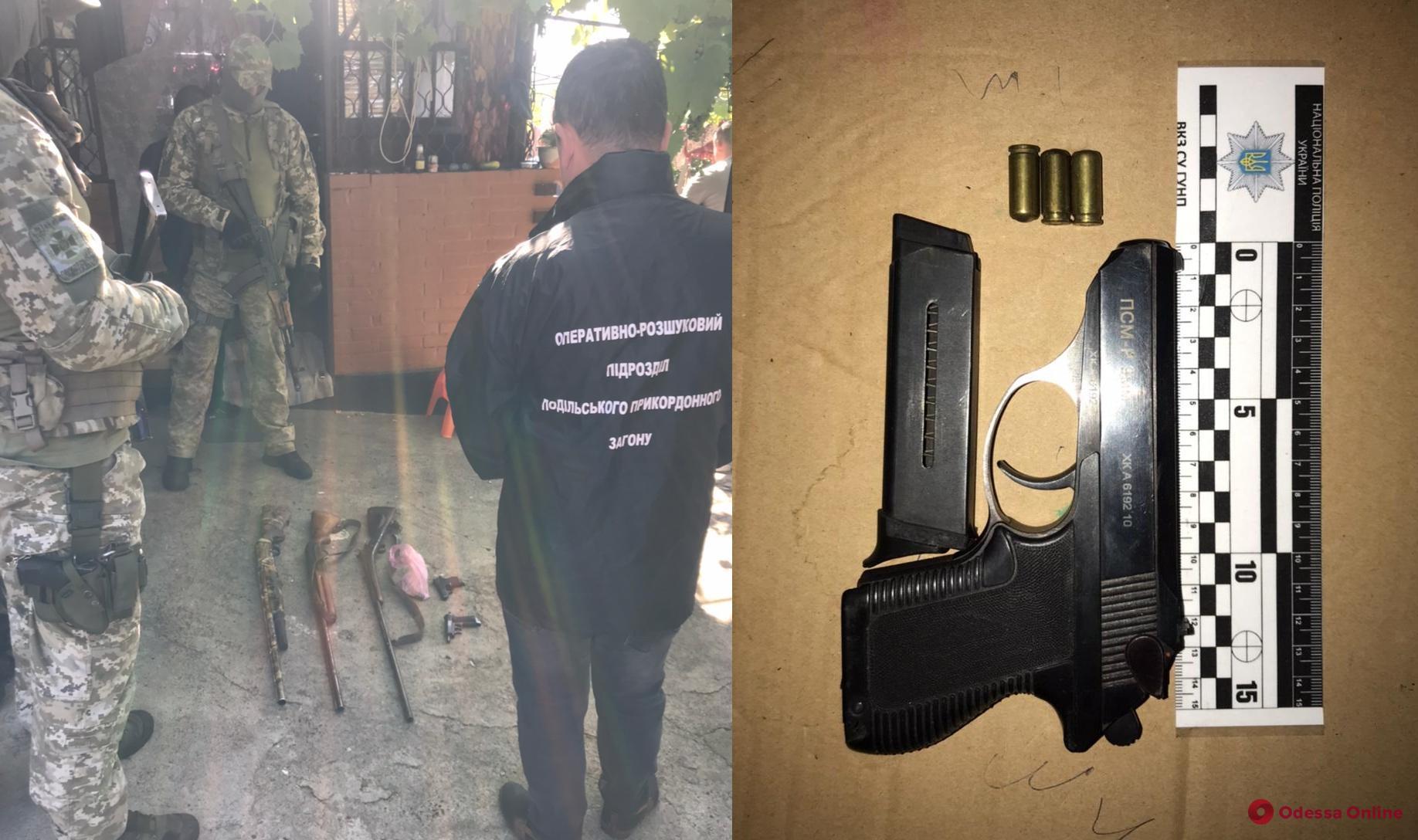 «Веселый охотник»: у жителя Одесской области нашли ружья, пистолеты и коноплю