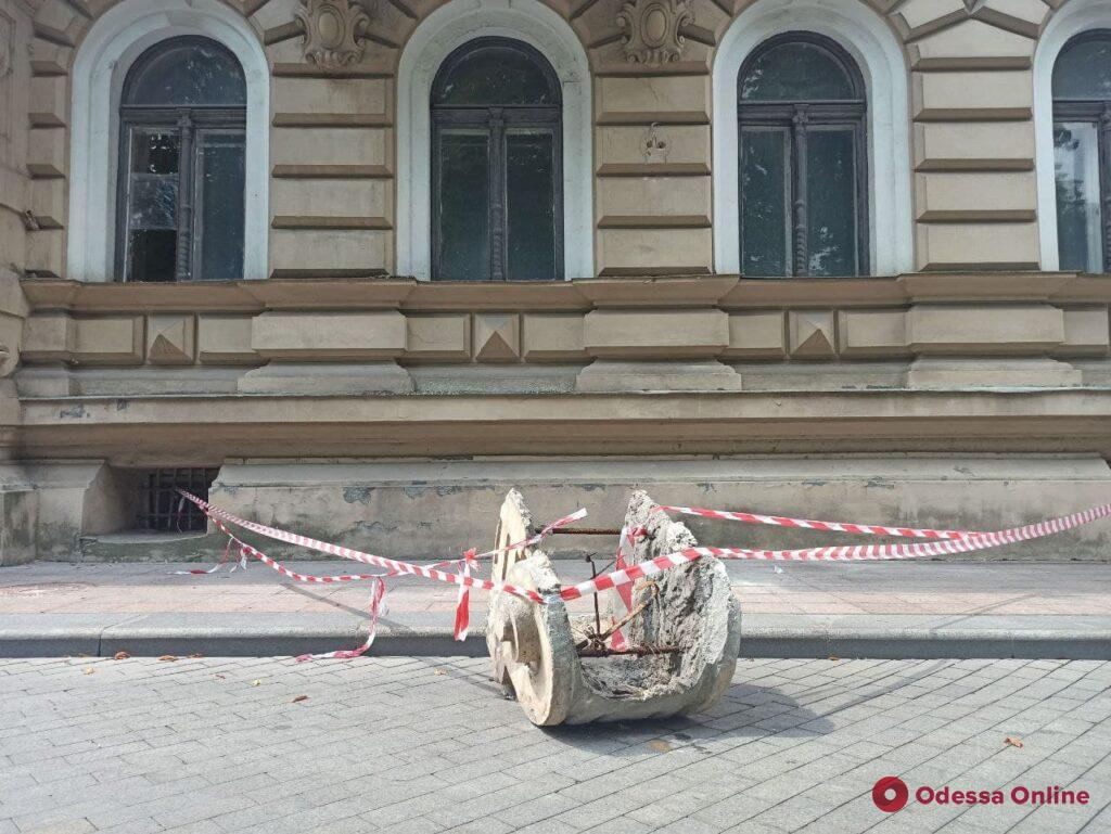 Мэрия обратится в Минкульт из-за обвала лепнины с фасада дома-памятника архитектуры в центре Одессы