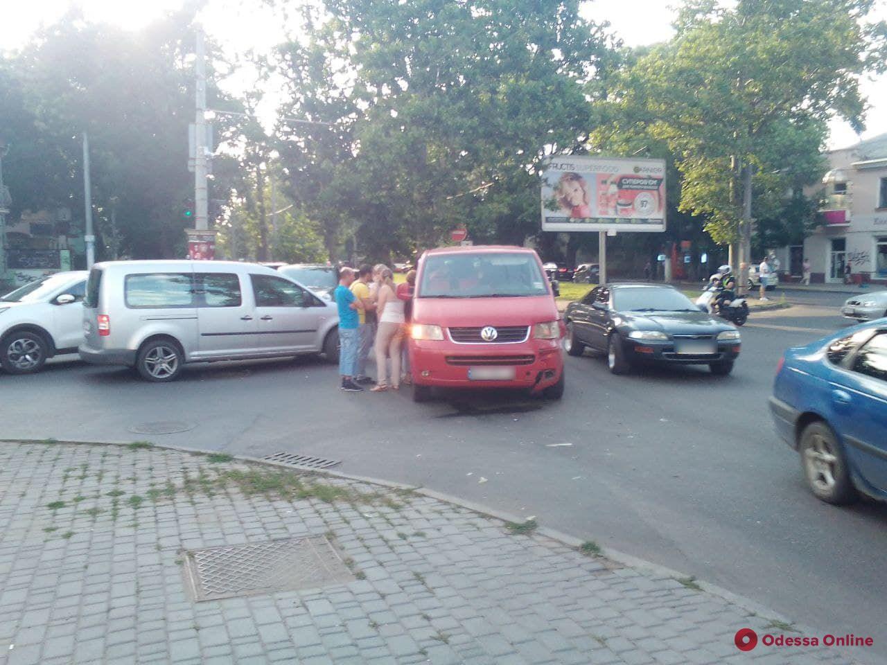 На Адмиральском проспекте столкнулись микроавтобус и внедорожник — движение затруднено