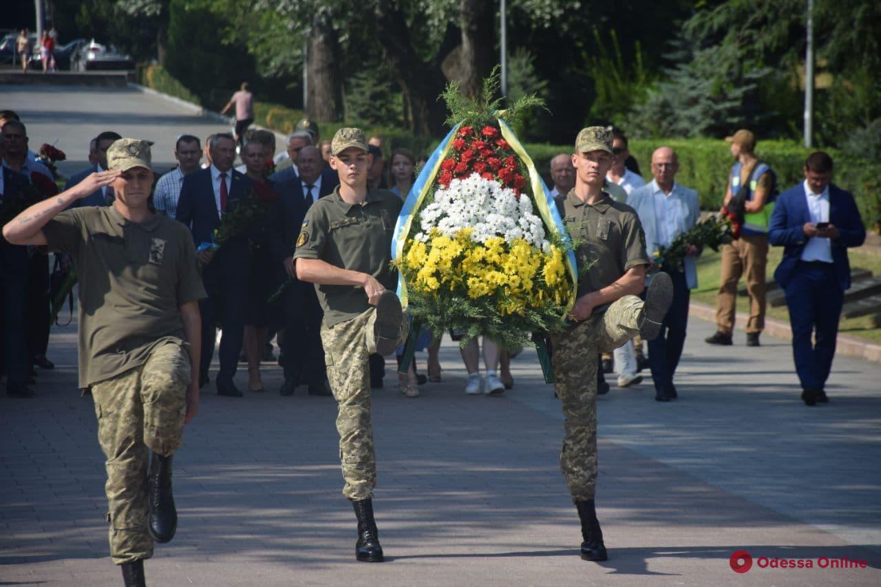 В Одессе отметили начало Героической обороны города и возложили цветы к памятнику Неизвестному матросу