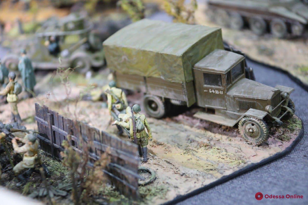 К 80-летию начала героической обороны Одессы на 411-й батарее открылась выставка военной миниатюры (фото)