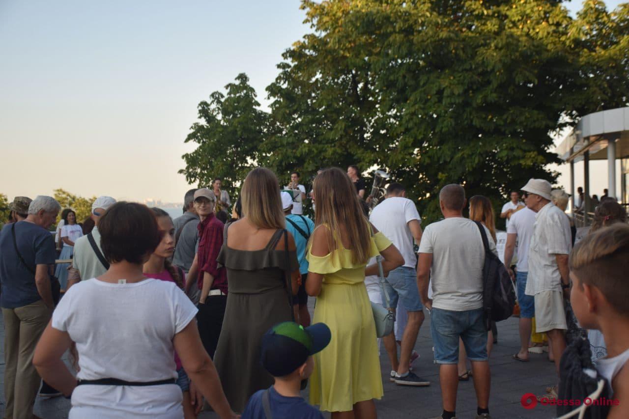 Возле Дюка проходит концерт в защиту Куяльника (фото)