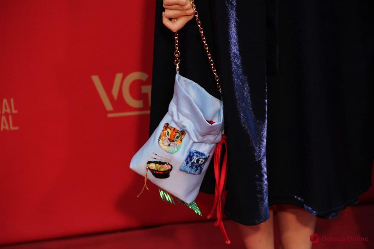 Закрытие ОМКФ-2021: фееричность вечерних нарядов и лаконичность вышиванок на красной дорожке (фоторепортаж)
