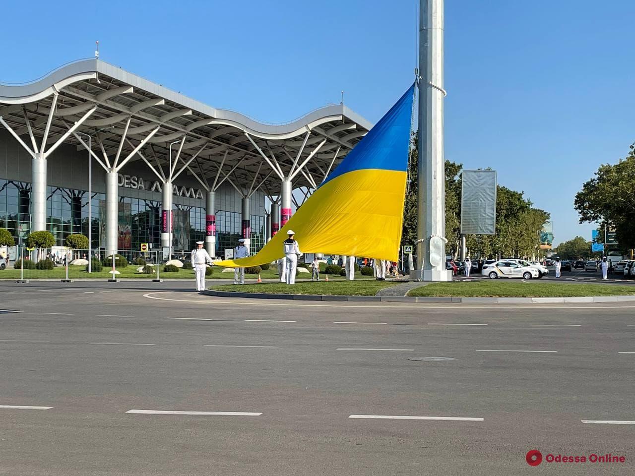 В аэропорту Одессы подняли гигантский флаг Украины