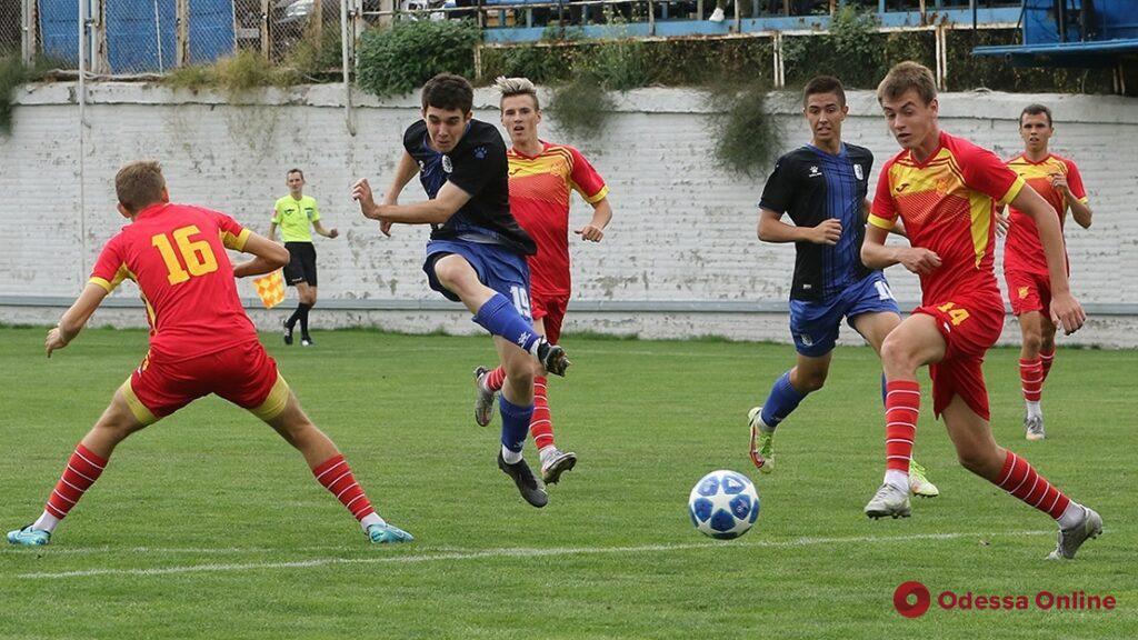 Футбол: юноши «Черноморца» крупно победили, девушки – «вырвали» ничью