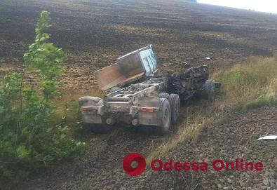 На Одесской железной дороге тепловоз врезался в грузовик — водитель погиб