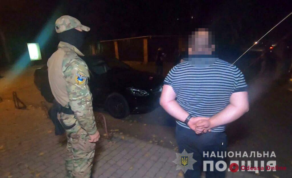 Впятером пошли «на дело: в Одессе горе-домушники испугались хозяина, но попали в руки полиции (фото, видео)