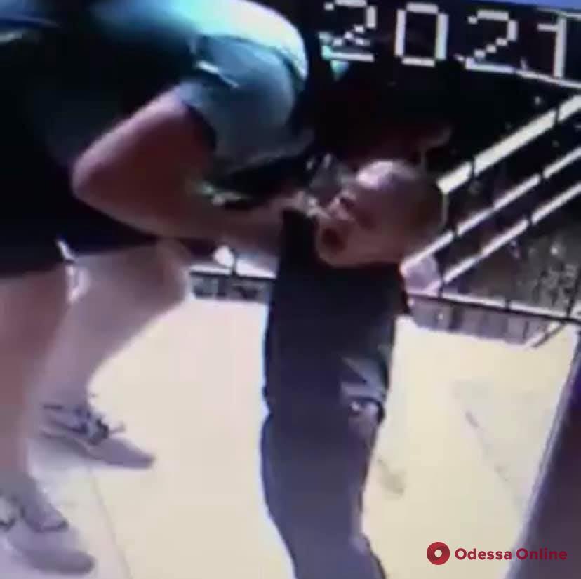 «Воспитание» ударами: в Радужном родители избили своего малолетнего ребенка (видео)