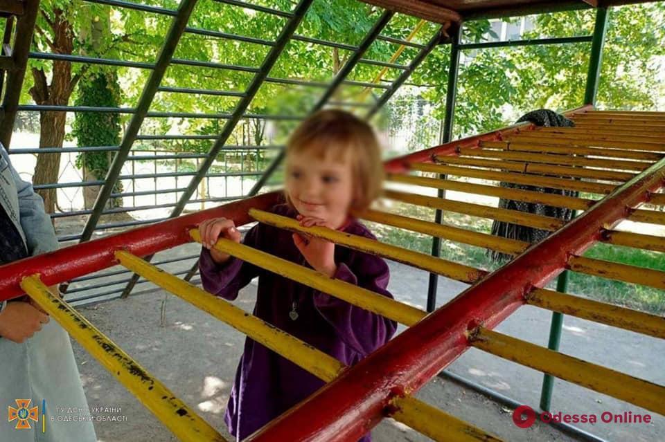 В Одессе на детской площадке пятилетняя девочка застряла головой в лестнице