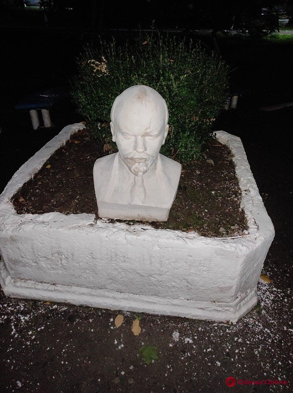 В Подольске клумбу украсили бюстом Ленина (фотофакт)