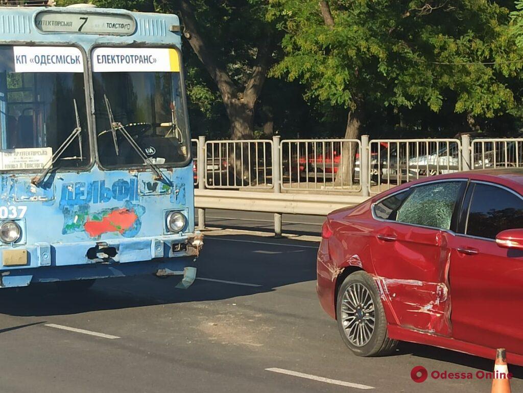 На Среднефонтанской столкнулись троллейбус и легковушка