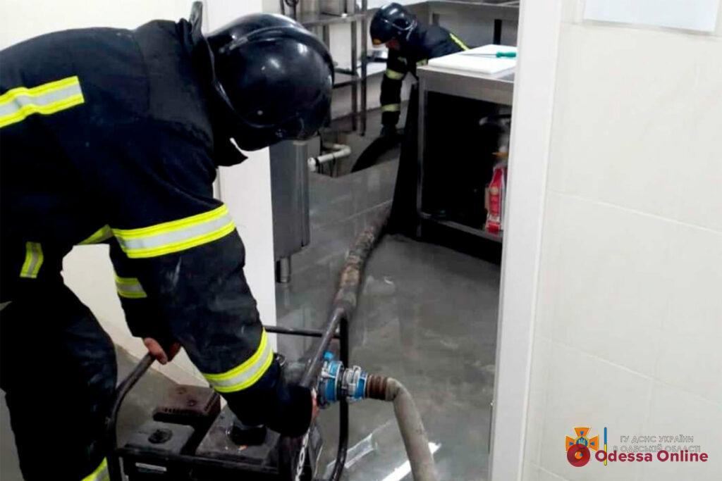Последствия ливня: на поселке Котовского спасатели откачивают воду из торгового центра