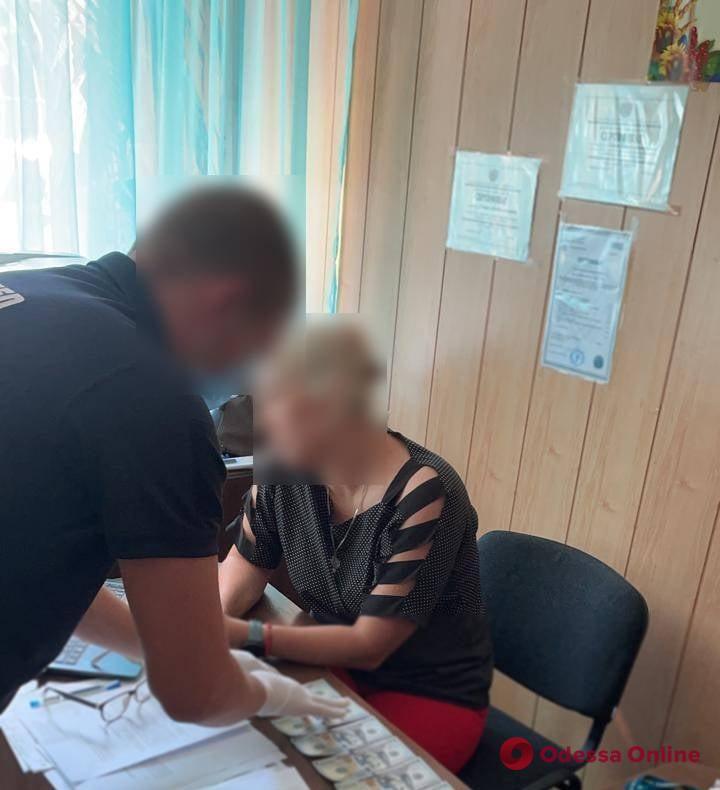 В Одесской области за взятку будут судить сотрудницу миграционной службы