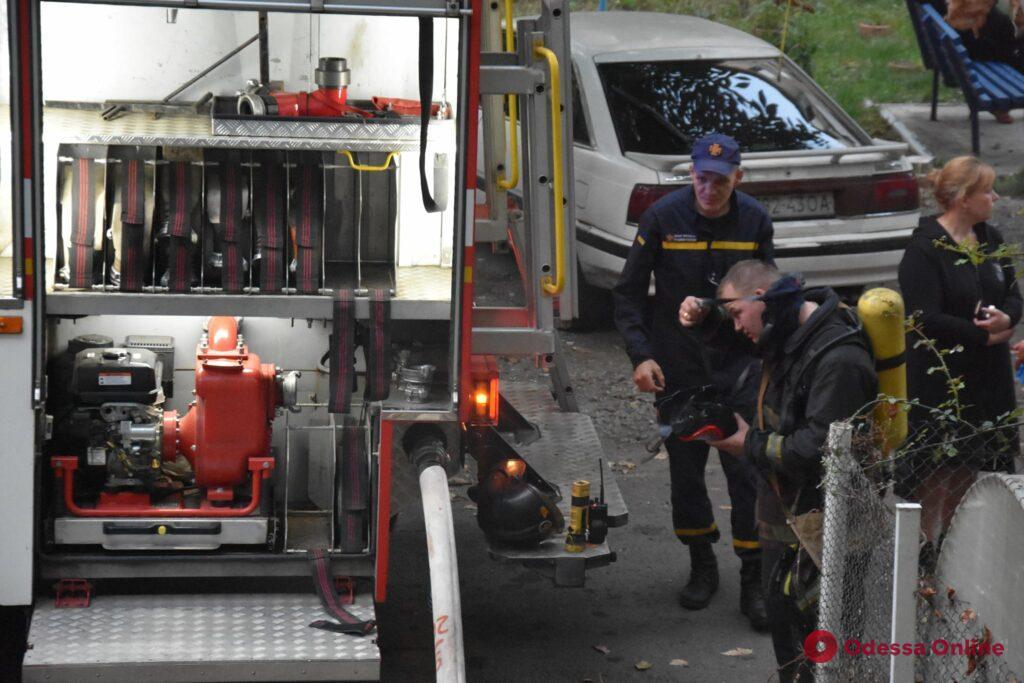 На Черемушках тушили пожар в пятиэтажке  (фото, обновлено)