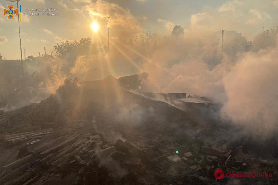 В Черноморске во время пожара сгорели частный дом и заброшенная хозпостройка (обновлено)