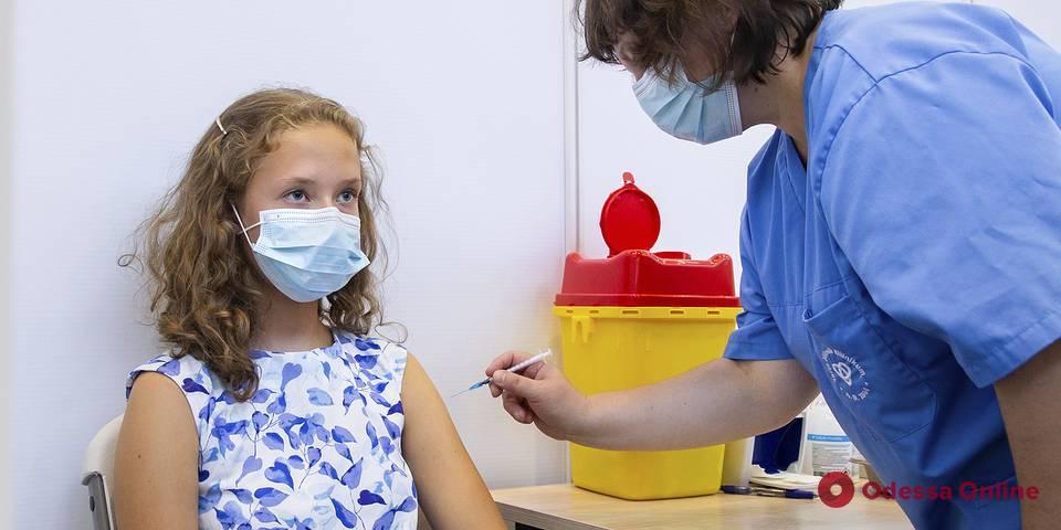 Минздрав: массово вакцинировать детей от COVID-19 в Украине пока не будут