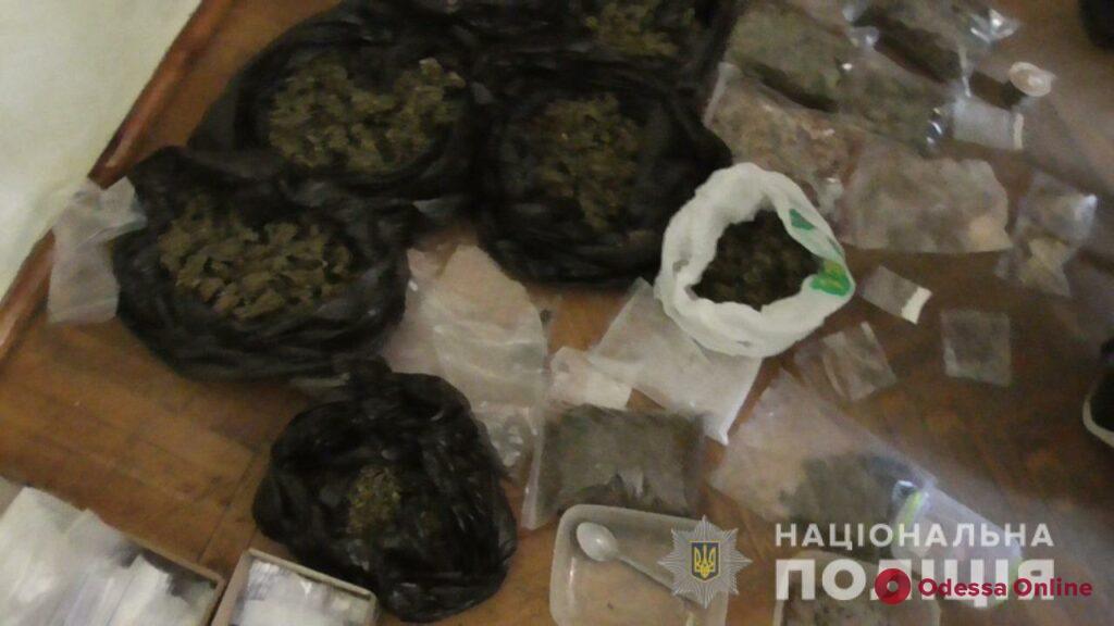 Кокаин, амфетамин,«грибы» и LSD: одесские полицейские нашли у 20-летнего парня пять килограммов психотропов