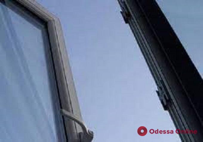 На Генуэзской мужчина выпал из окна многоэтажки