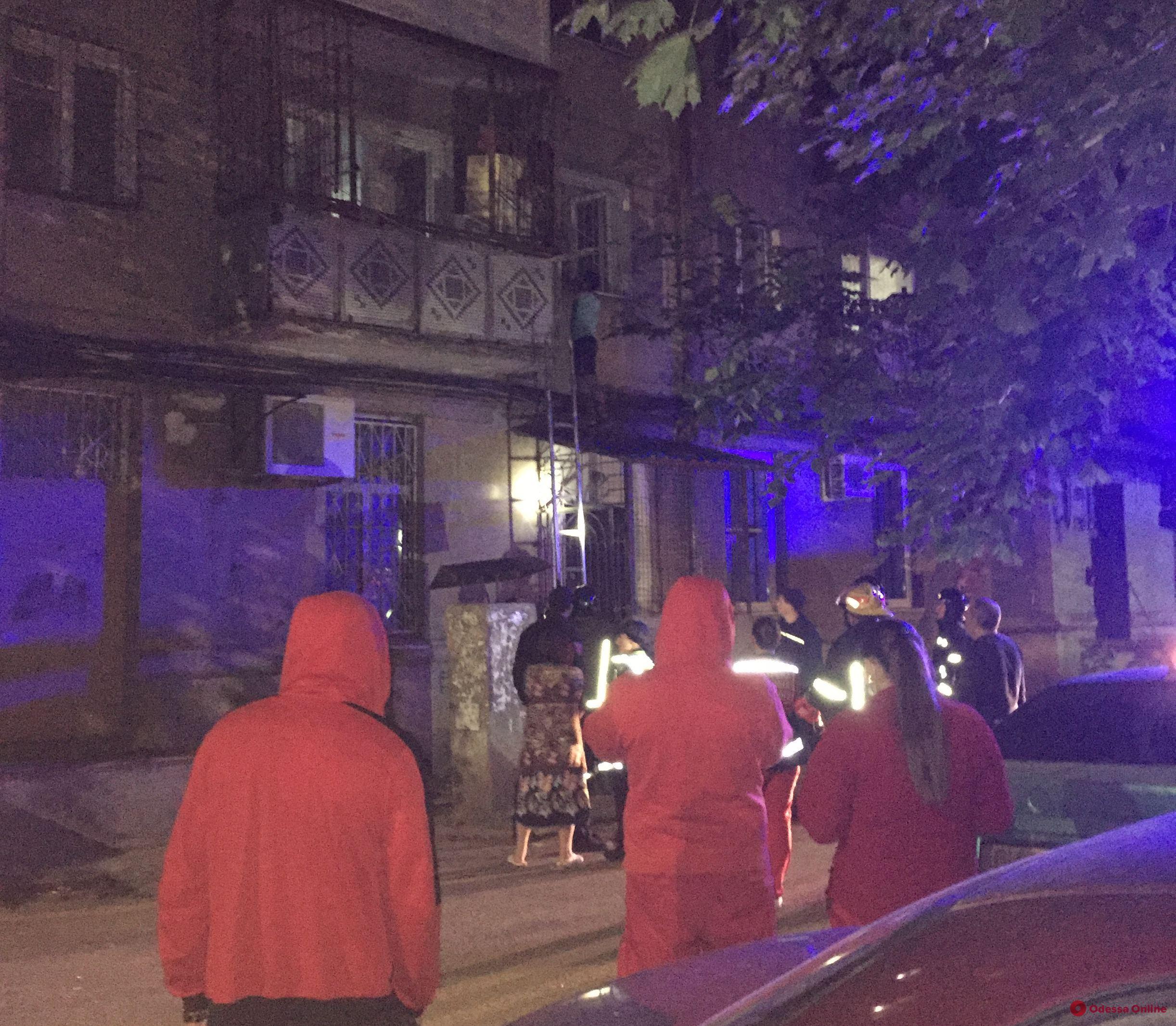 Выполнил угрозу: «дебошир с Варненской» все-таки выпрыгнул из окна своей квартиры (видео)