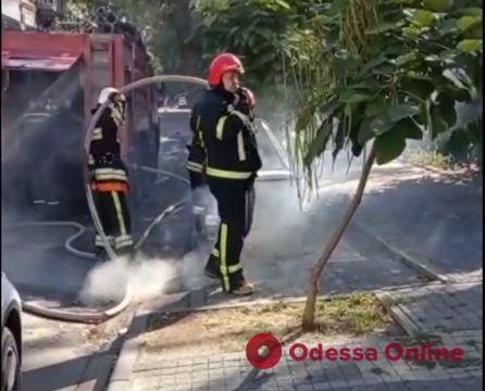В центре Одессы вандалы подожгли подземные мусорные контейнеры (видео)