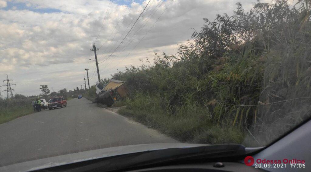 На Хаджибеевской дороге перевернулась фура