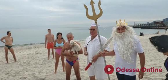 Веселая разминка и советы Нептуна: одесские «моржи» открыли новый купальный сезон