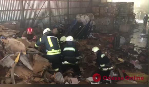 На Ленпоселке тушили пожар на складе вторсырья (видео)