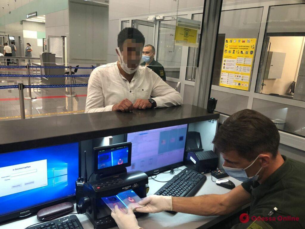 В одесском аэропорту задержали двух турков с фальшивыми паспортами