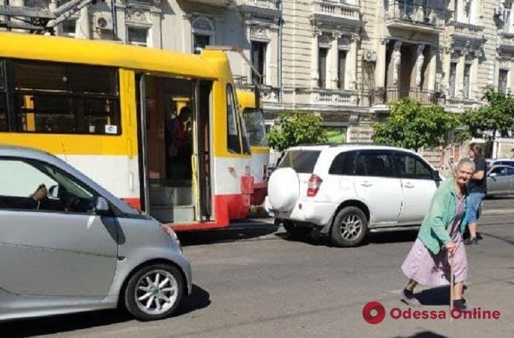 На Тираспольской не разминулись кроссовер и трамвай