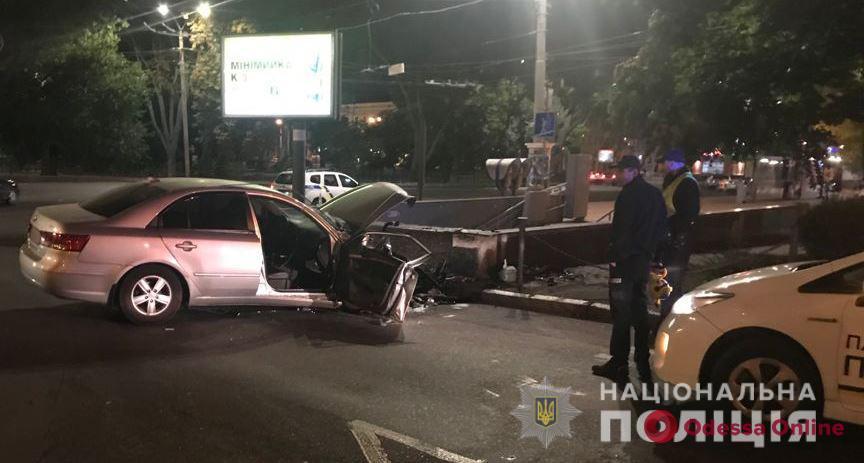 На Привокзальной площади автомобиль врезался в подземный переход – двое пострадавших (обновлено)