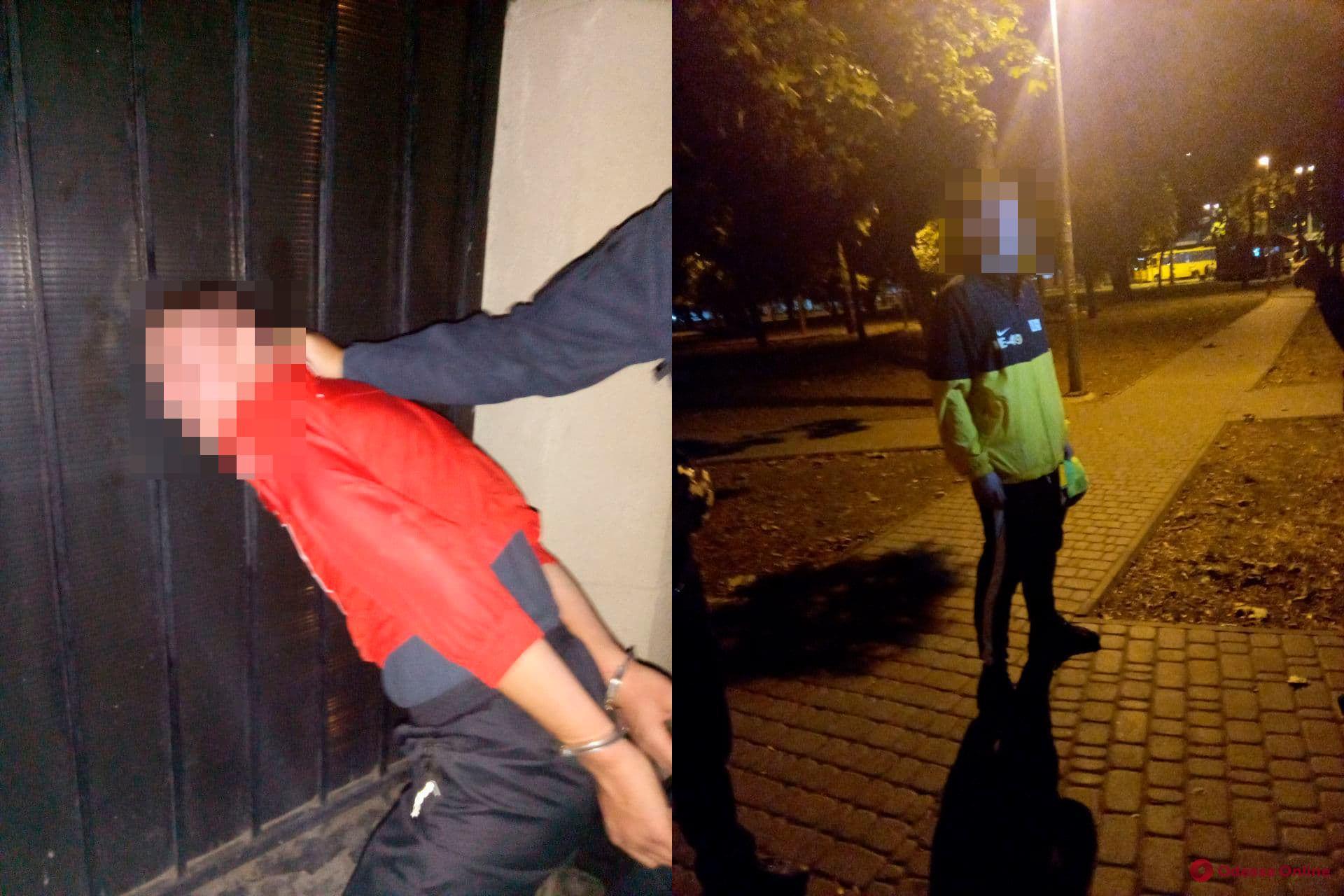 В Старосенном сквере двое мужчин избили и ограбили прохожего