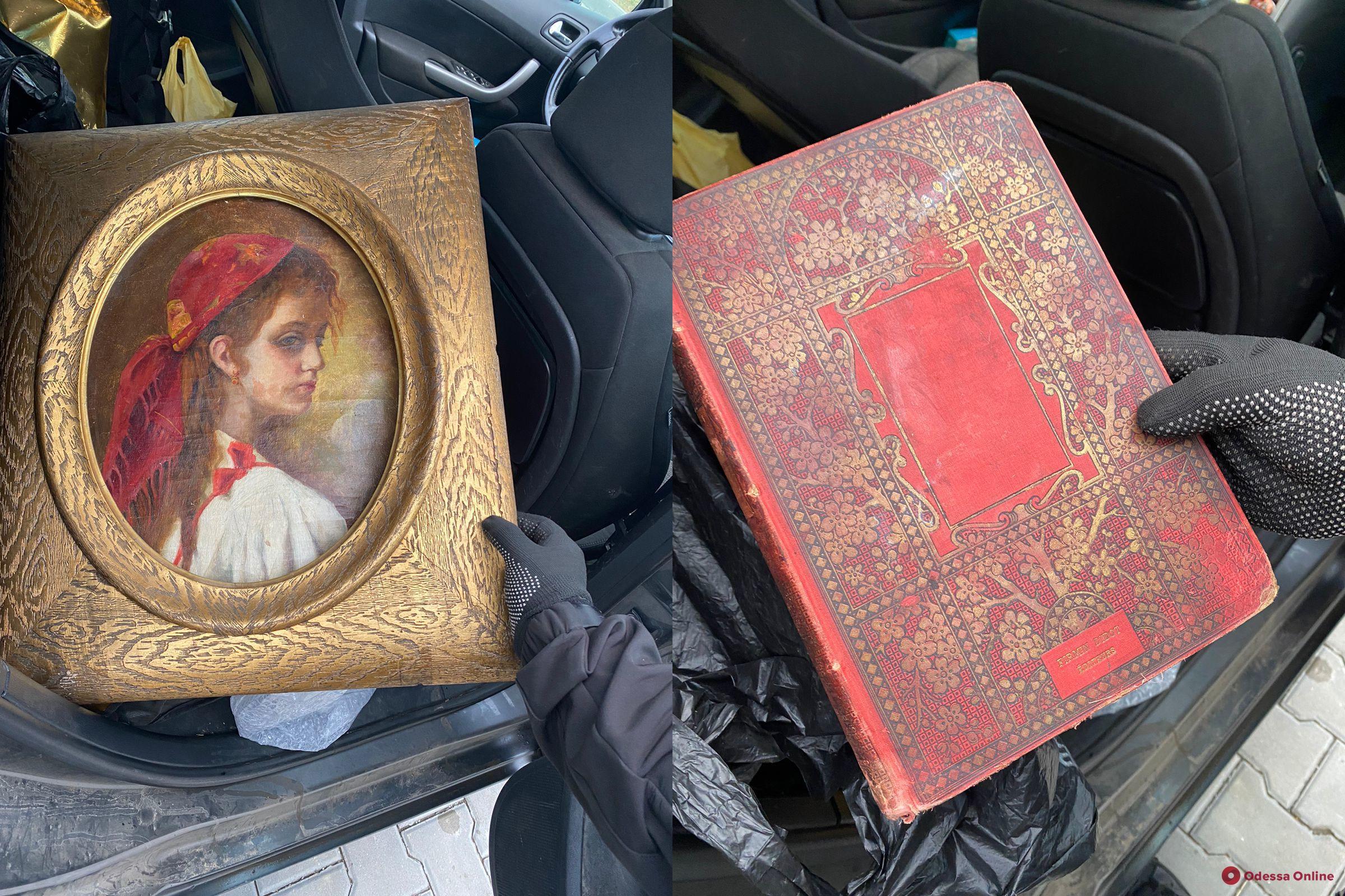 В Одесской области пограничники помешали австрийцу вывезти за рубежстолетнюю картину и книгу конца XIX века