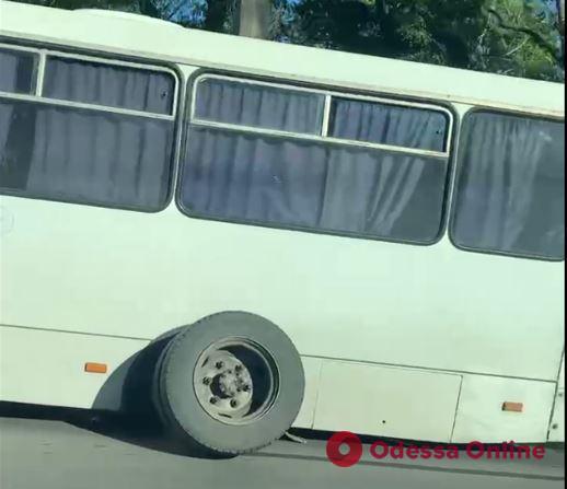 В Одессе у маршрутки отвалилось колесо