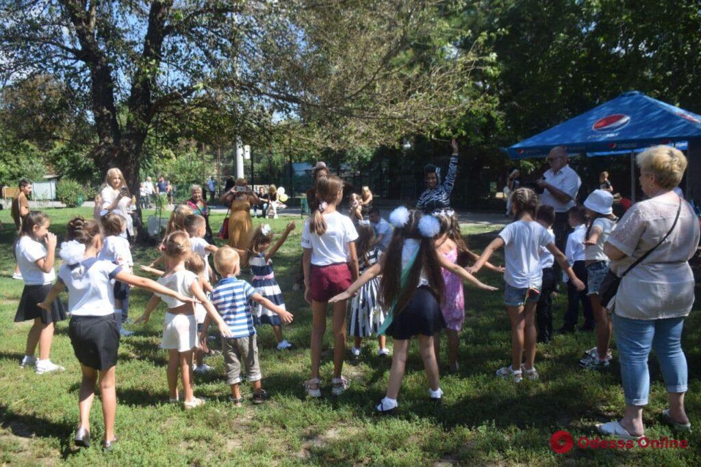 Кормили енотов и делали зарядку: в Одесском зоопарке отпраздновали День знаний