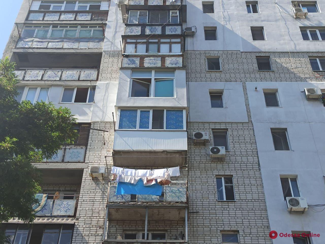 На Слободке спасли мужчину, который грозился спрыгнуть с 7-го этажа
