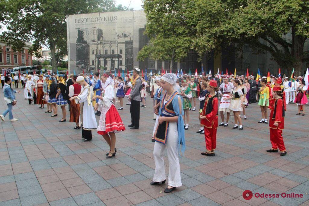 Одесса отмечает день рождения: на Думской площади торжественно подняли флаг города (фото)