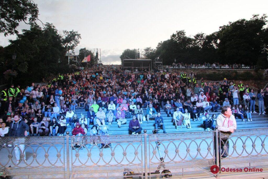 Гала-концерт на Потемкинской: тысячи зрителей, яркое шоу и грандиозный салют (фото, видео)