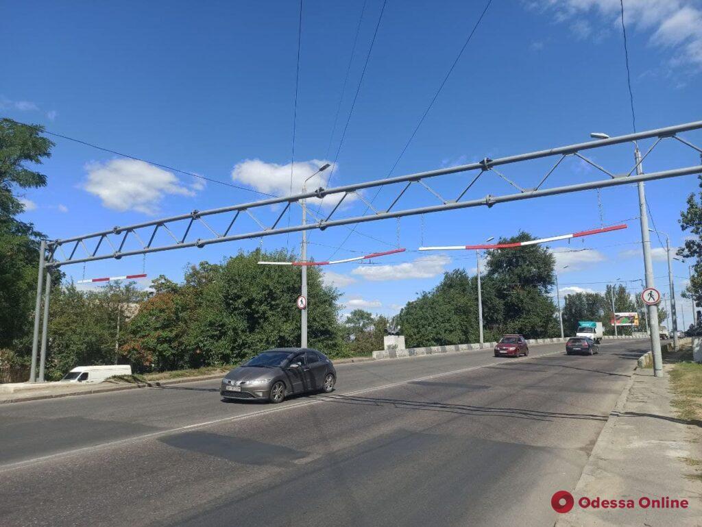 Игнорируют запрет и не хотят объезжать: фуры повредили ограничитель на Ивановском мосту