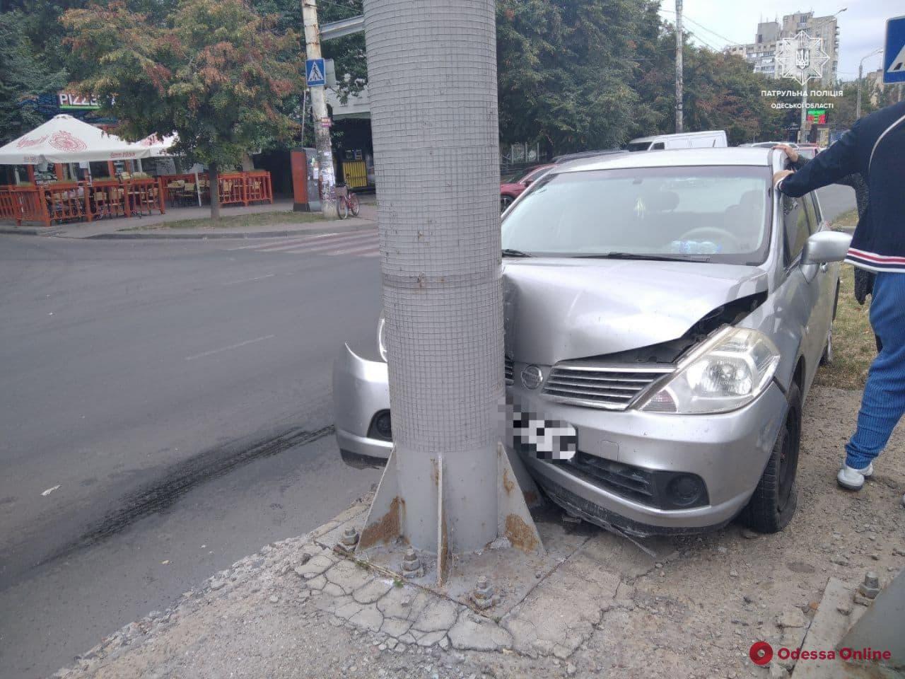 На Таирова Nissan врезался в столб (фото)
