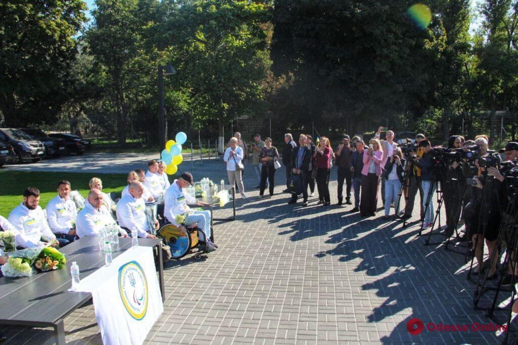 Овации, цветы, воздушные шары: в Одесском аэропорту встречали паралимпийцев (фото)