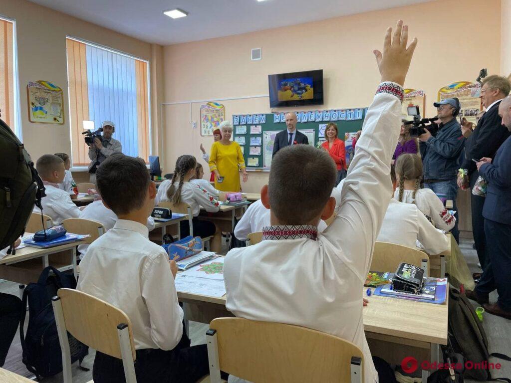 В Одессе после капремонта торжественно открыли школу (фото)