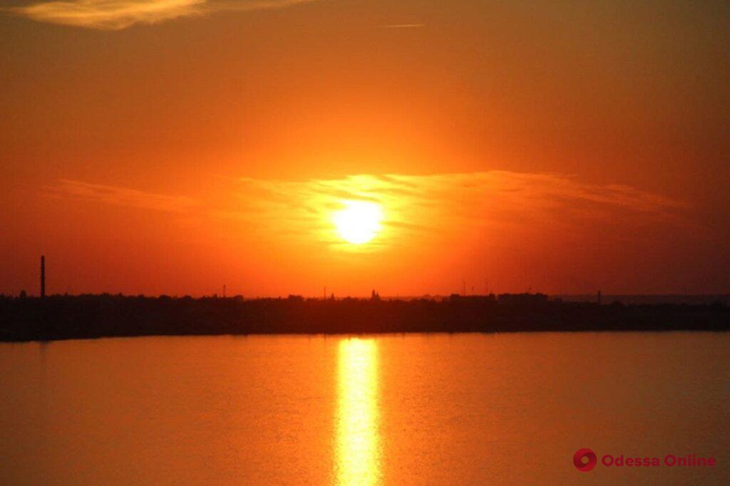 «Красный шар на горизонте»: осенний закат над Днестровским лиманом (фоторепортаж)