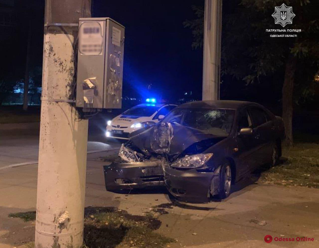 На Пересыпи «Тойота» врезалась в столб (фото)