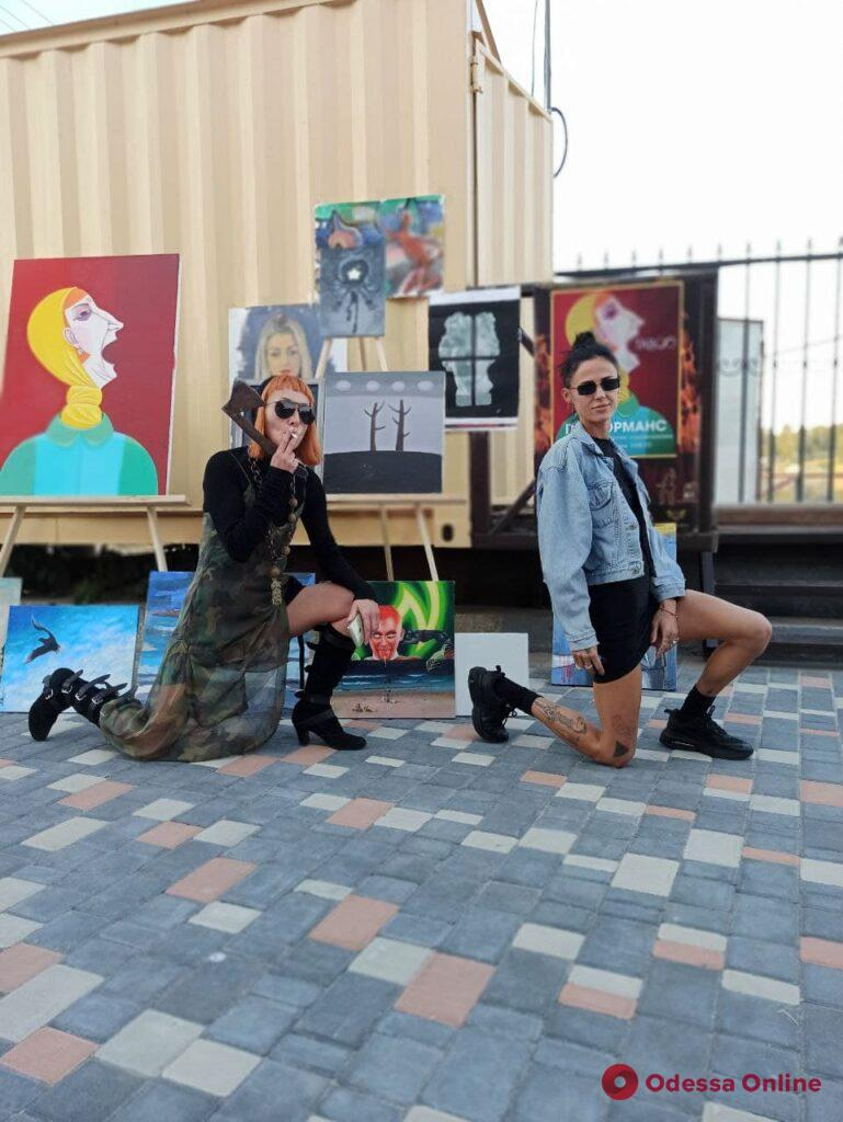 Под Черноморском художники жгли свои картины (фото)