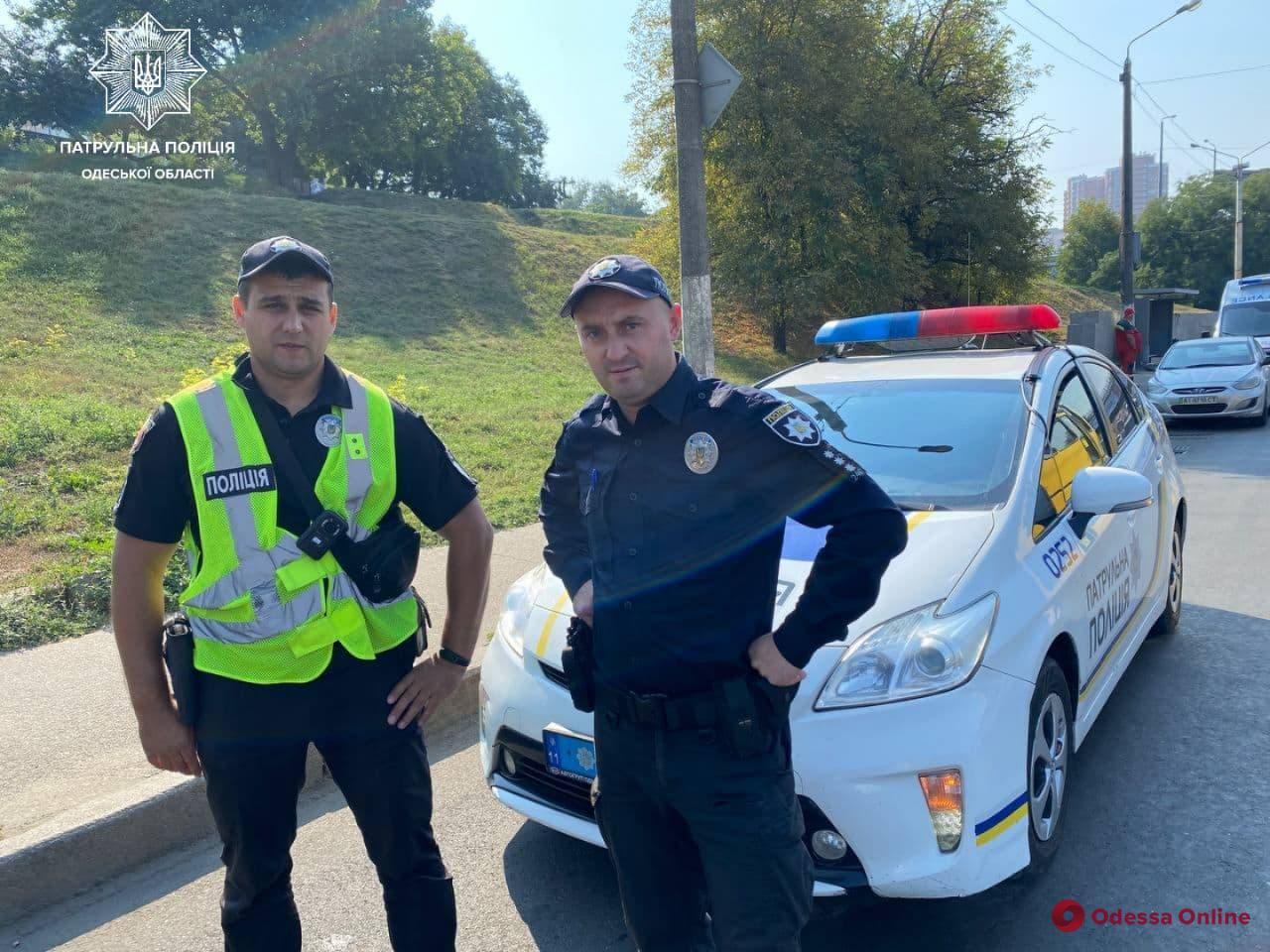 Под вой сирен: одесские патрульные помогли довезти роженицу в больницу